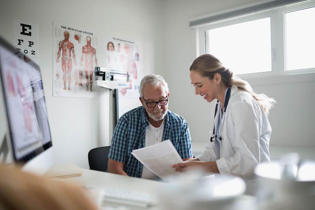 Älterer Herr wird von Ärztin beraten