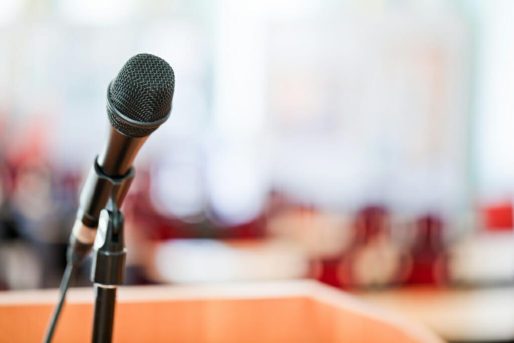 Mikrofon auf einem Rednerpult.
