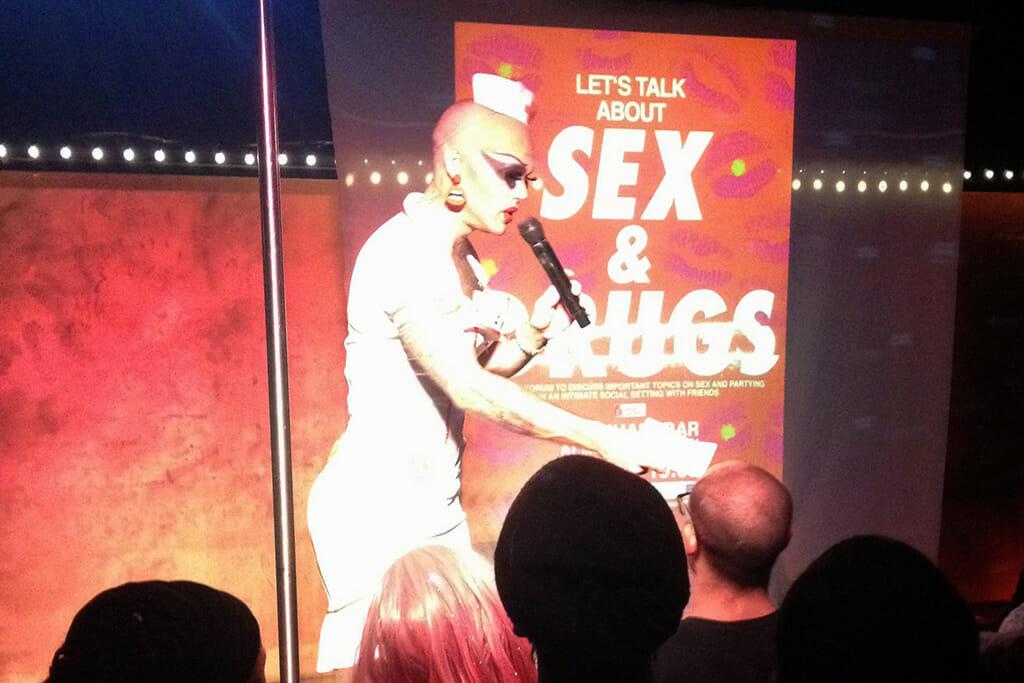 Ein geschminkter Mann mit teinem Mikrofon bei der Veranstaltung Lets talk about sex and drugs