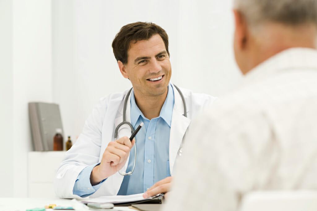 Ein Arzt unterhält sich mit seinem Patienten