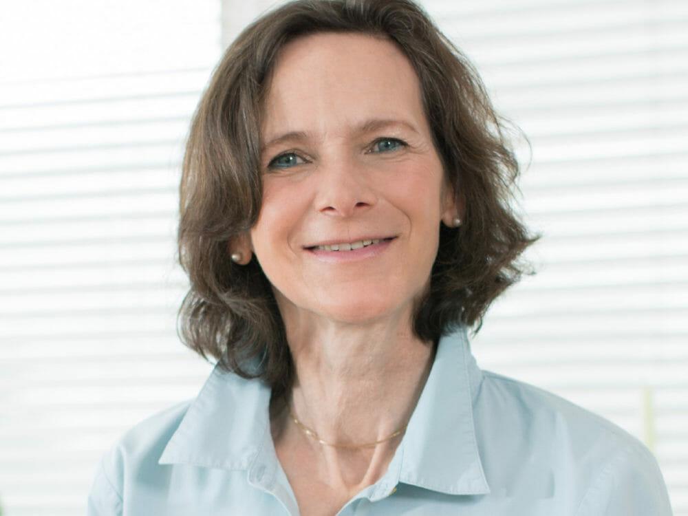 Bettina Köhler ist Diplom-Oecotrophologin, Foodjournalistin und Autorin von Ernährungsratgebern. Seit einiger Zeit ist sie selbst an Parkinson erkrankt.