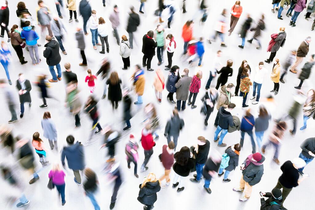 Eine Ansammlung von Menschen auf einem großen Platz.