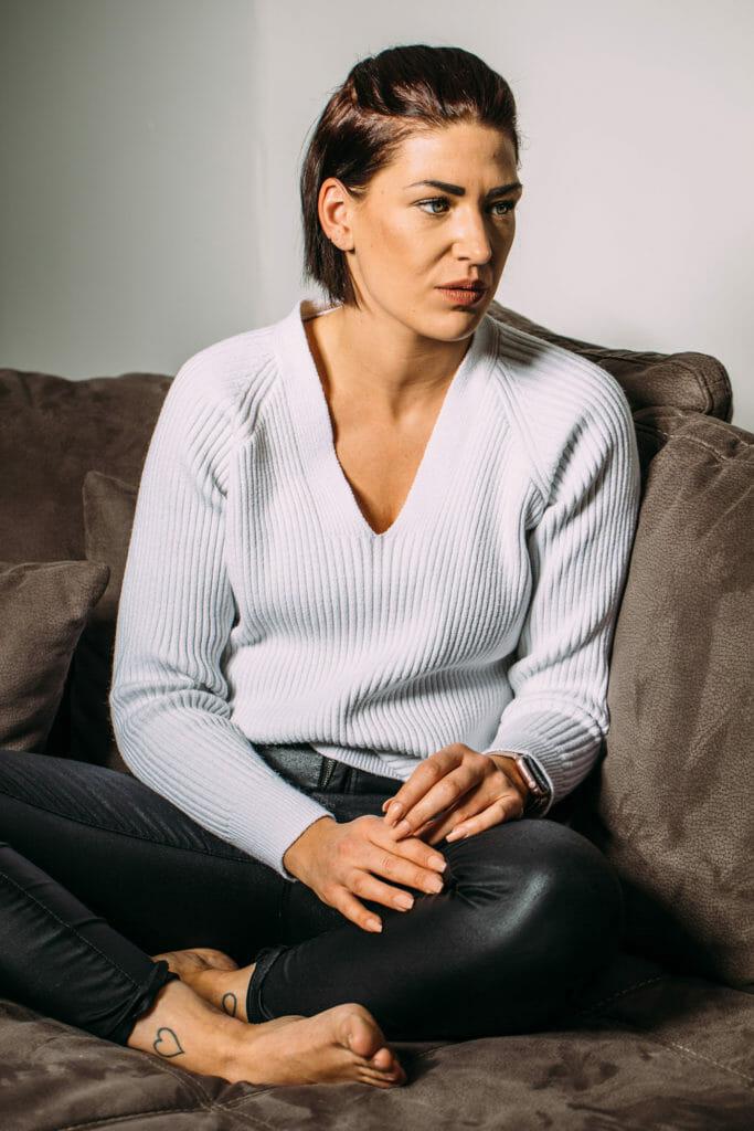 Germaine sitzt auf Ihrem Sofa.