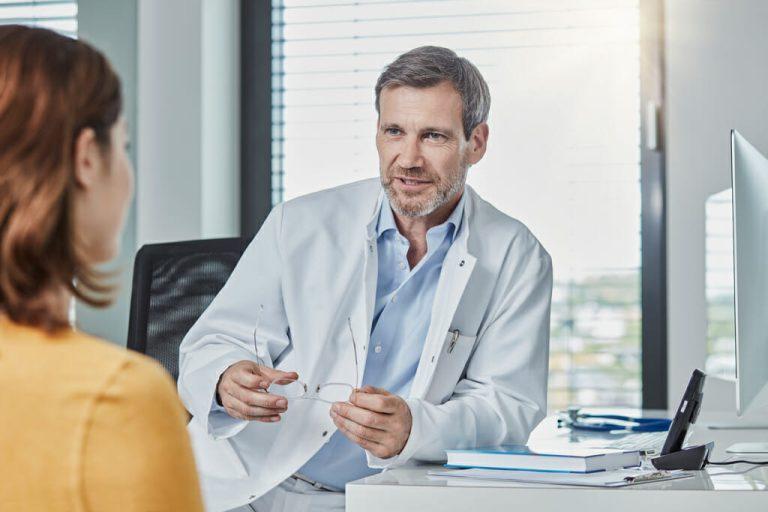 Ein Arzt bespricht sich mit seiner Patientin.