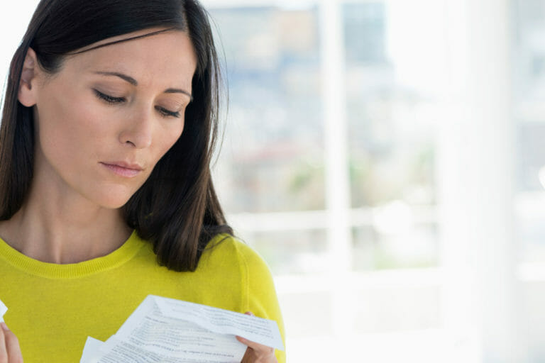 Eine Frau liest den Beipackzettel