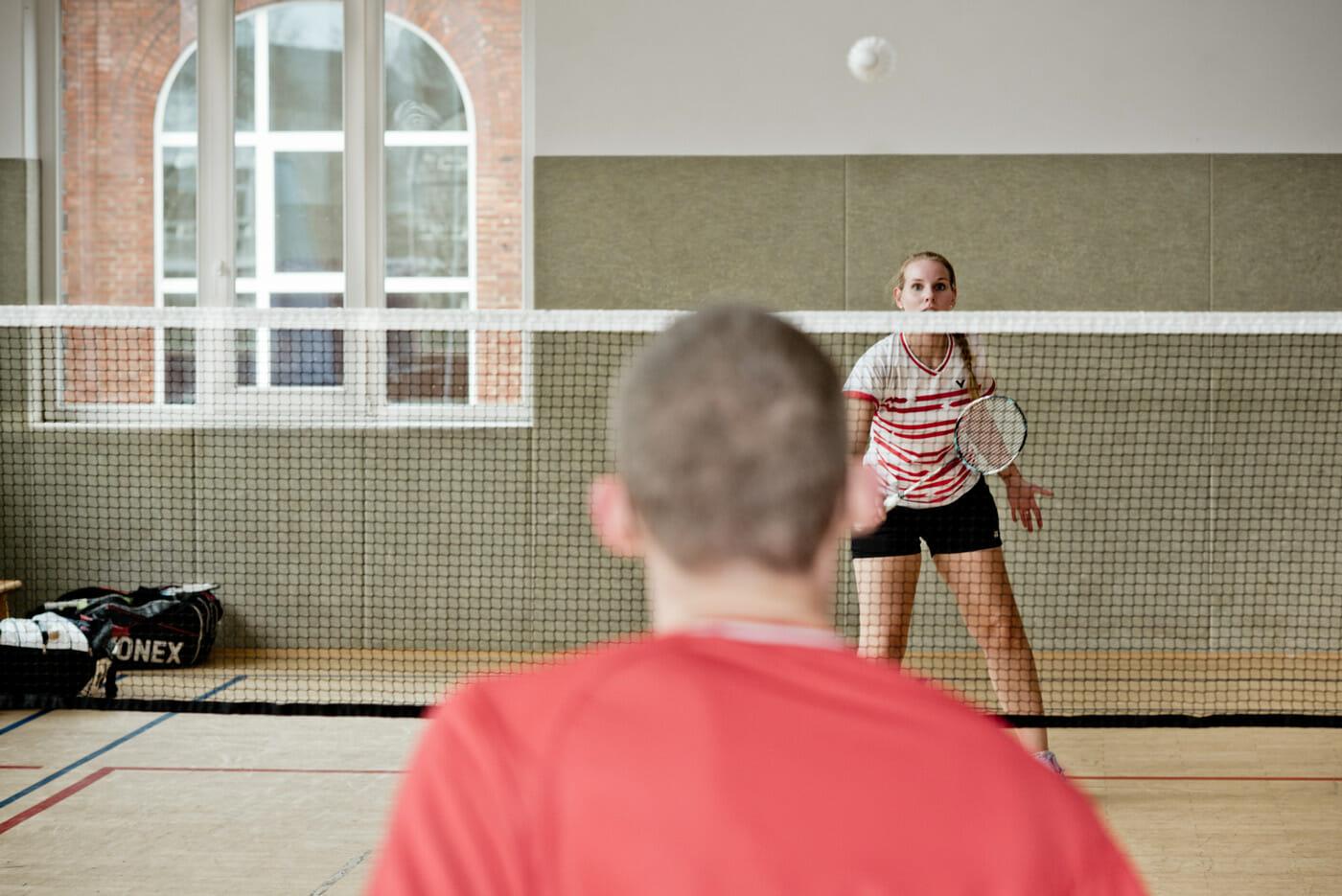 Inken in Aktion beim Badminton spielen