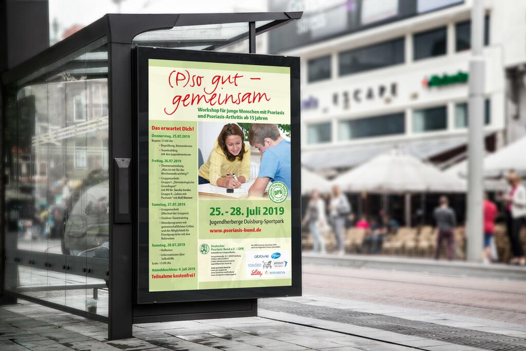 Plakat des Psoriasis Workshops an einer Bushaltestelle