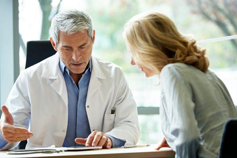 Eine Patientin bespricht ih Therapieziel mit dem Arzt.