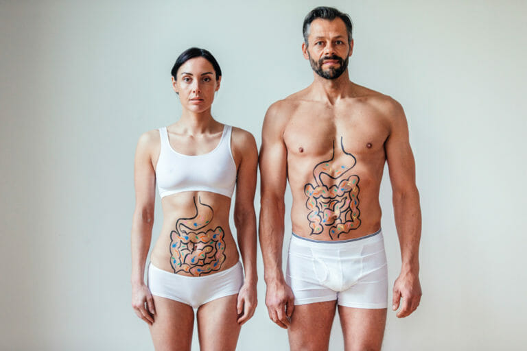 Mann und Frau stehen vor der Kamera