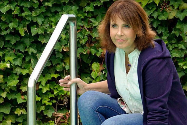 Monica Kramer am Rand eines Schwimmbecken.
