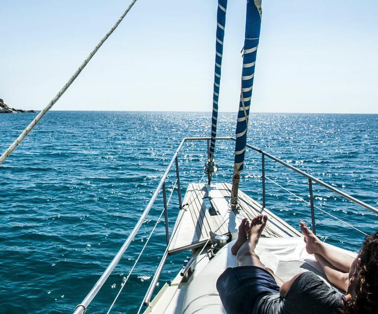 Blick vom Segelboot aufs Meer