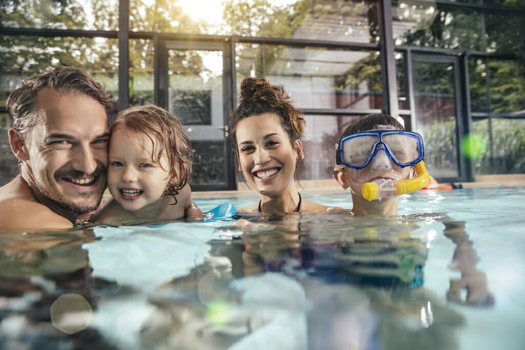 Eine Familie verbringt einen Tag im Schwimmbad.