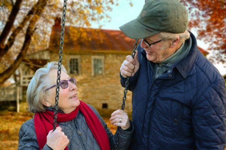 Ein älteres Paar an einer Schaukel