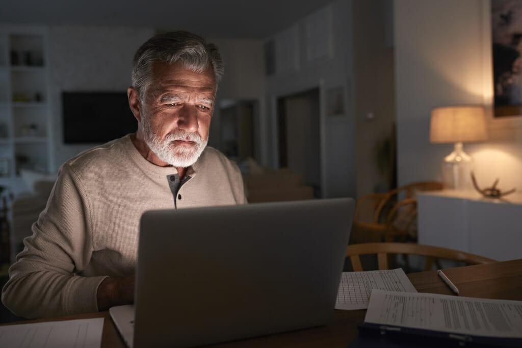 Älterer Mann am Laptop.