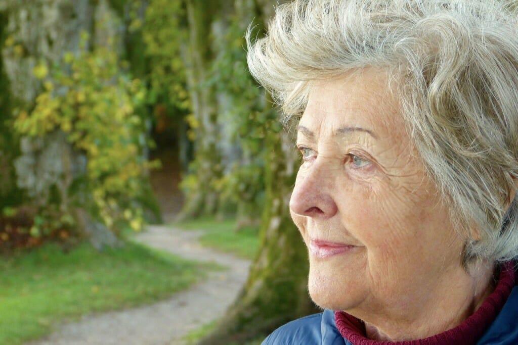Eine Frau blickt in die Ferne