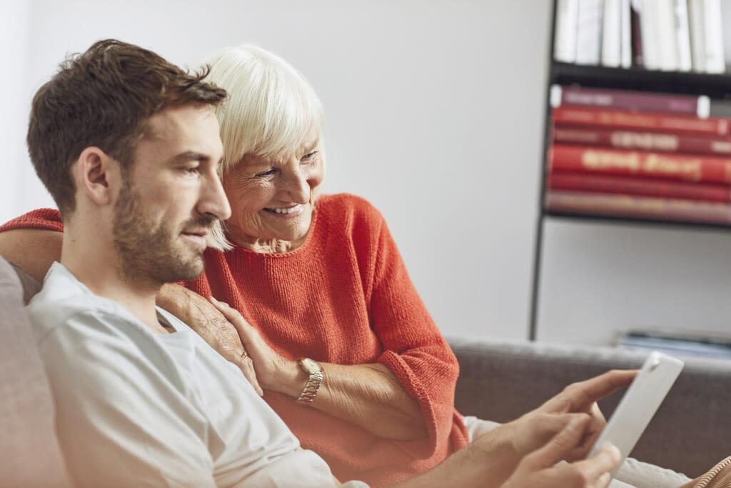 Enkel füllt eine Umfrage mit seiner Oma aus.