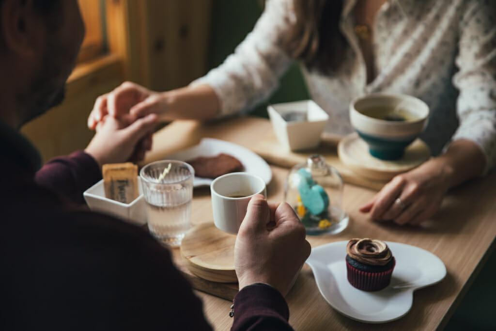 Tochter und Vater beim Kaffee trinken
