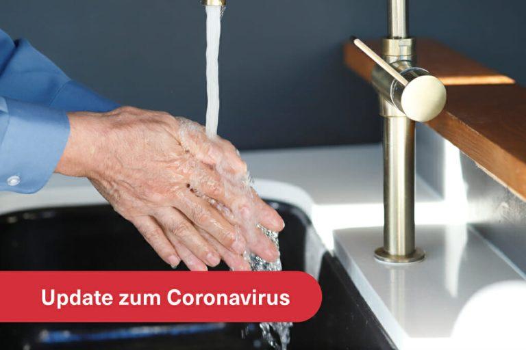 Mann beim Händewaschen