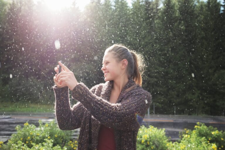 Frau macht ein Bild im Regen