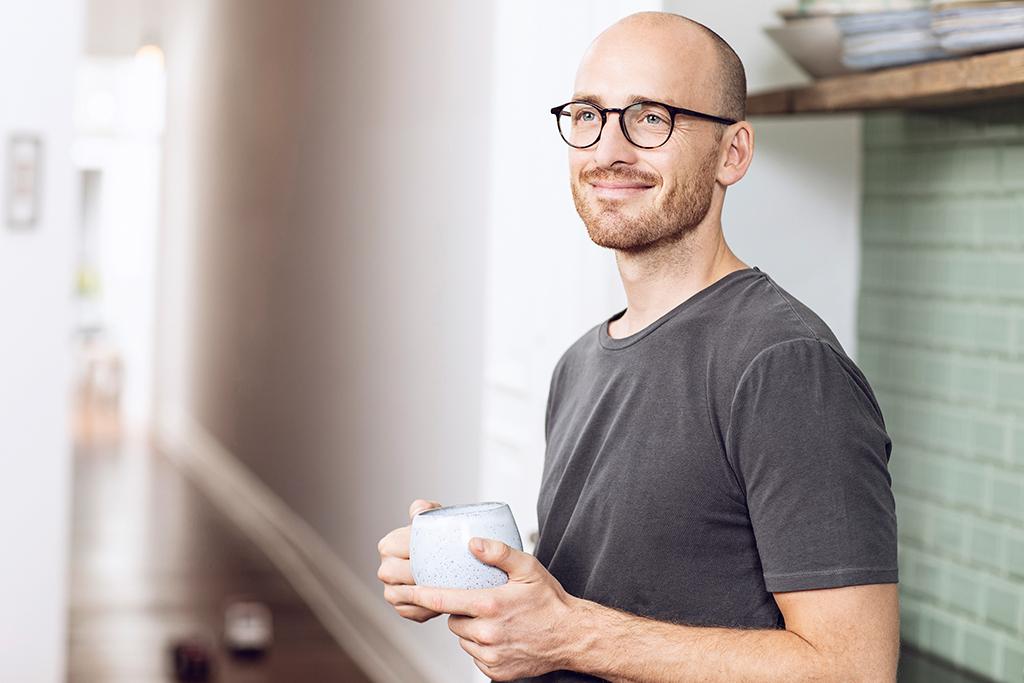 Mann mit einer Tasse in der Hand