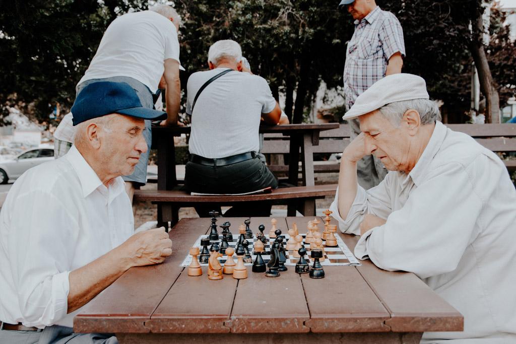 Zwei ältere Männer spielen Schach