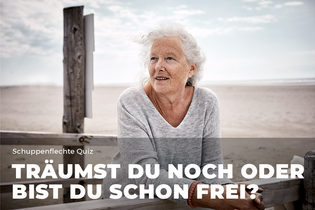 Ältere Frau schaut in die Ferne