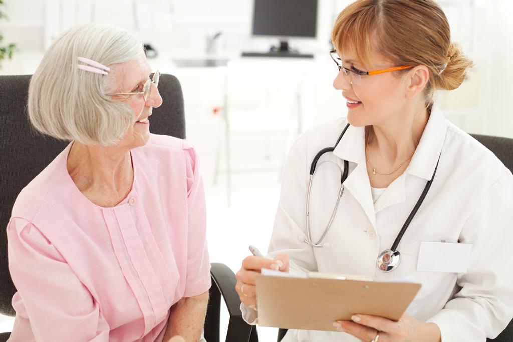 Ältere Frau spricht mit ihrer Ärztin