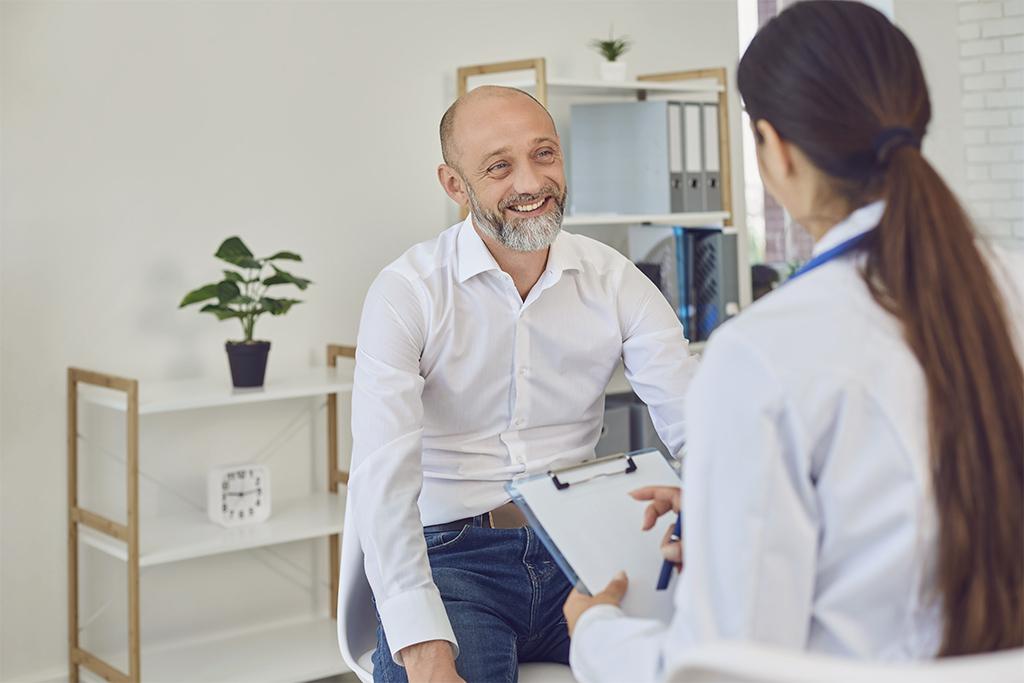 Mann spricht mit seiner Ärztin